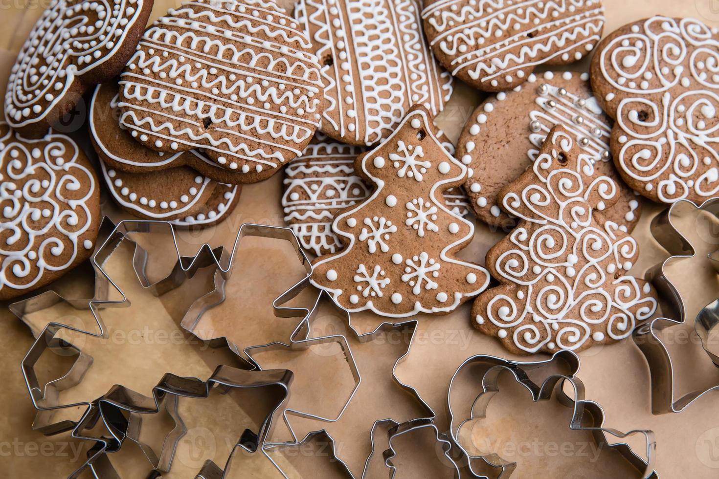 pan di zenzero decorato e formine per biscotti da tagliare foto