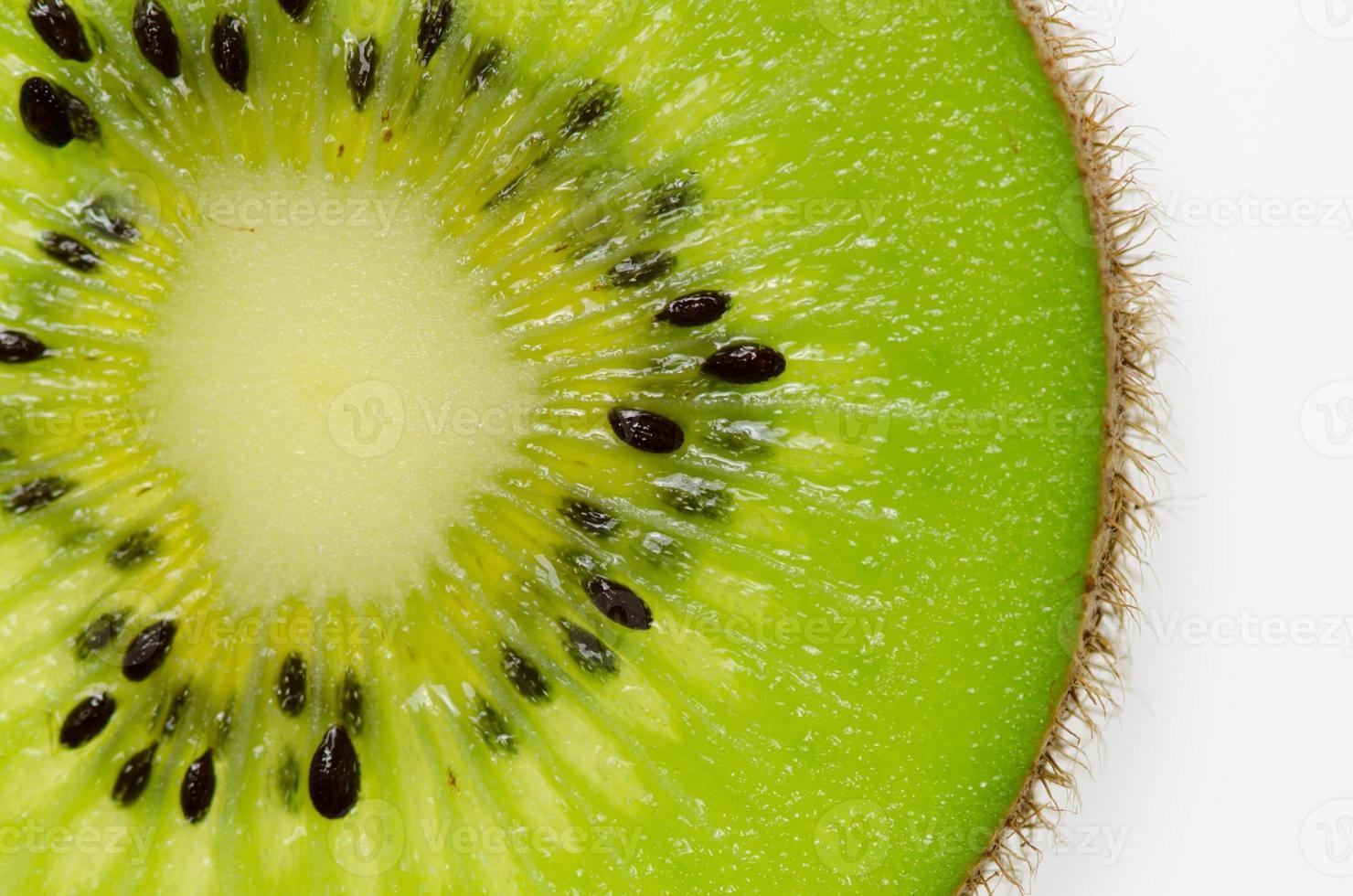 fette di frutta kiwi verde kiwi su sfondo bianco foto