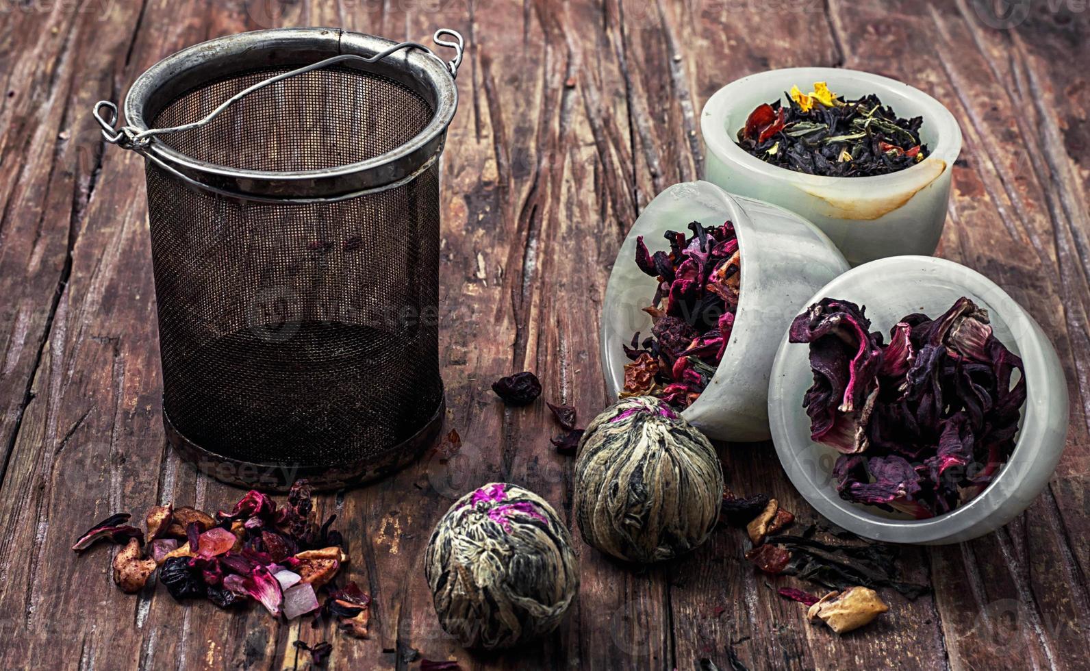 colino da tè e foglie di tè foto