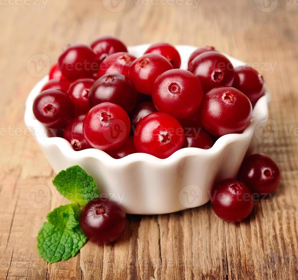 mirtilli rossi dolci con foglie foto