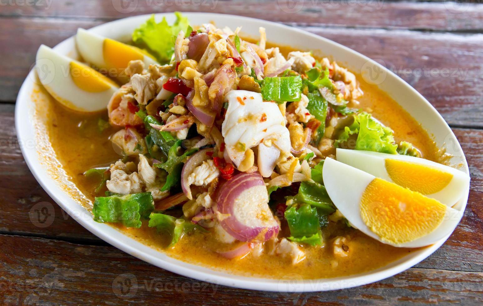 frutti di mare di noci di betal e insalata di peperoncino delizioso cibo tailandese foto