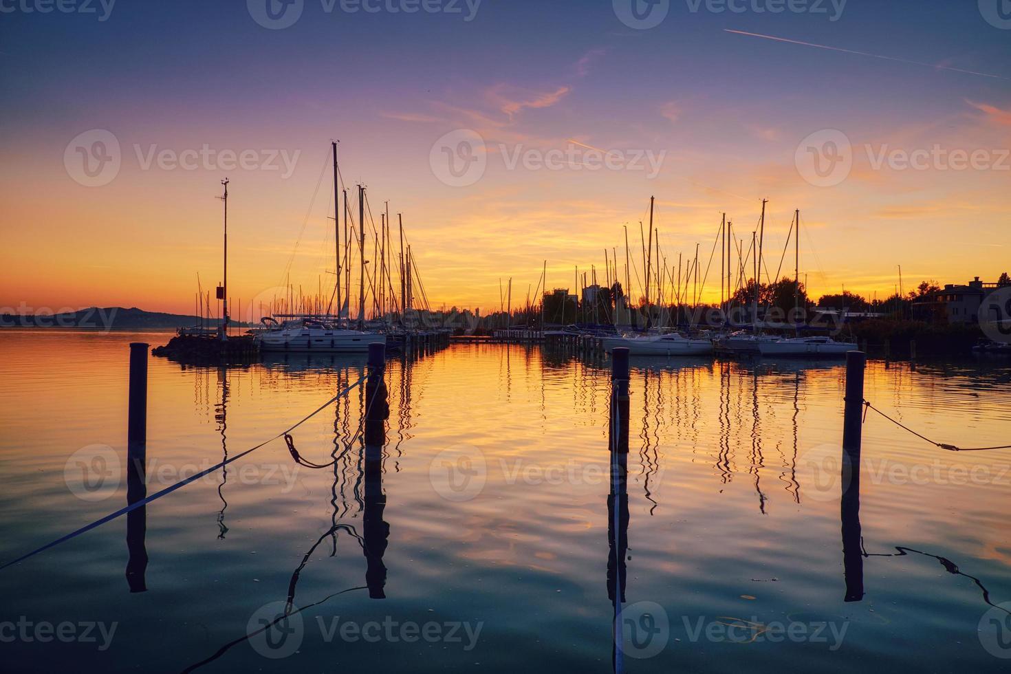 barche sul tramonto del molo foto