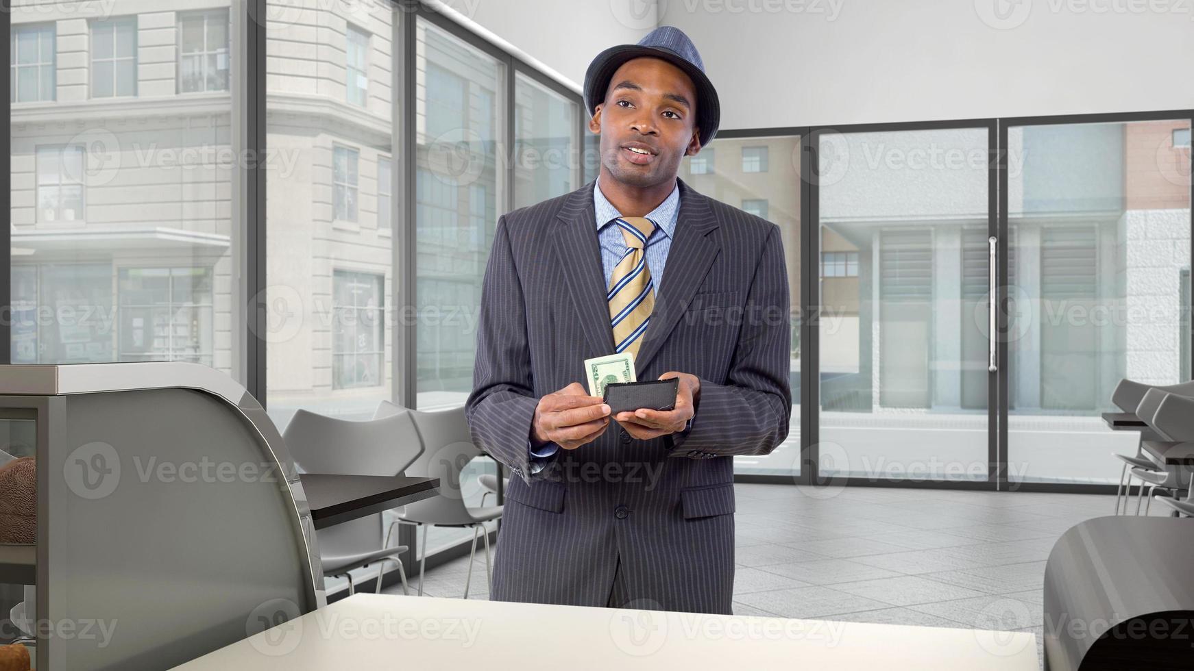 cliente nero che paga allo sportello di un coffeeshop foto