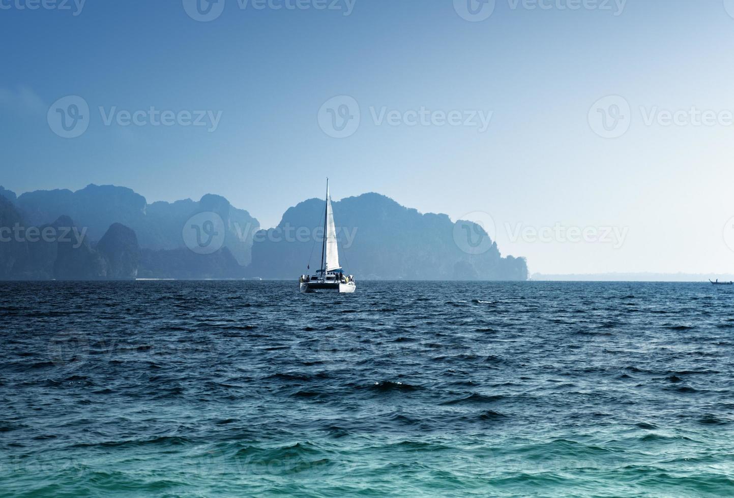 yacht e provincia di Krabi sull'oceano, Tailandia foto