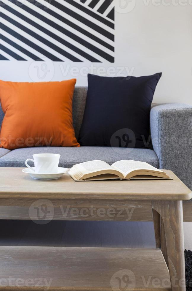 soggiorno con libro caffè e tavolo foto