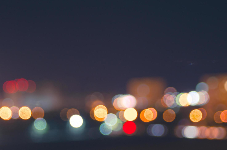 luci sfocate della città notturna foto