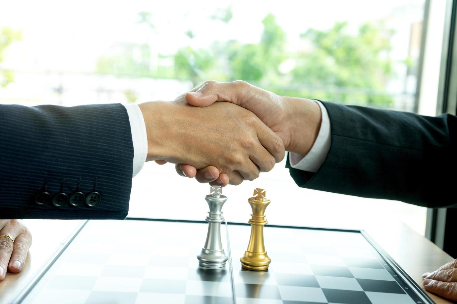 due giocatori di scacchi si stringono la mano foto