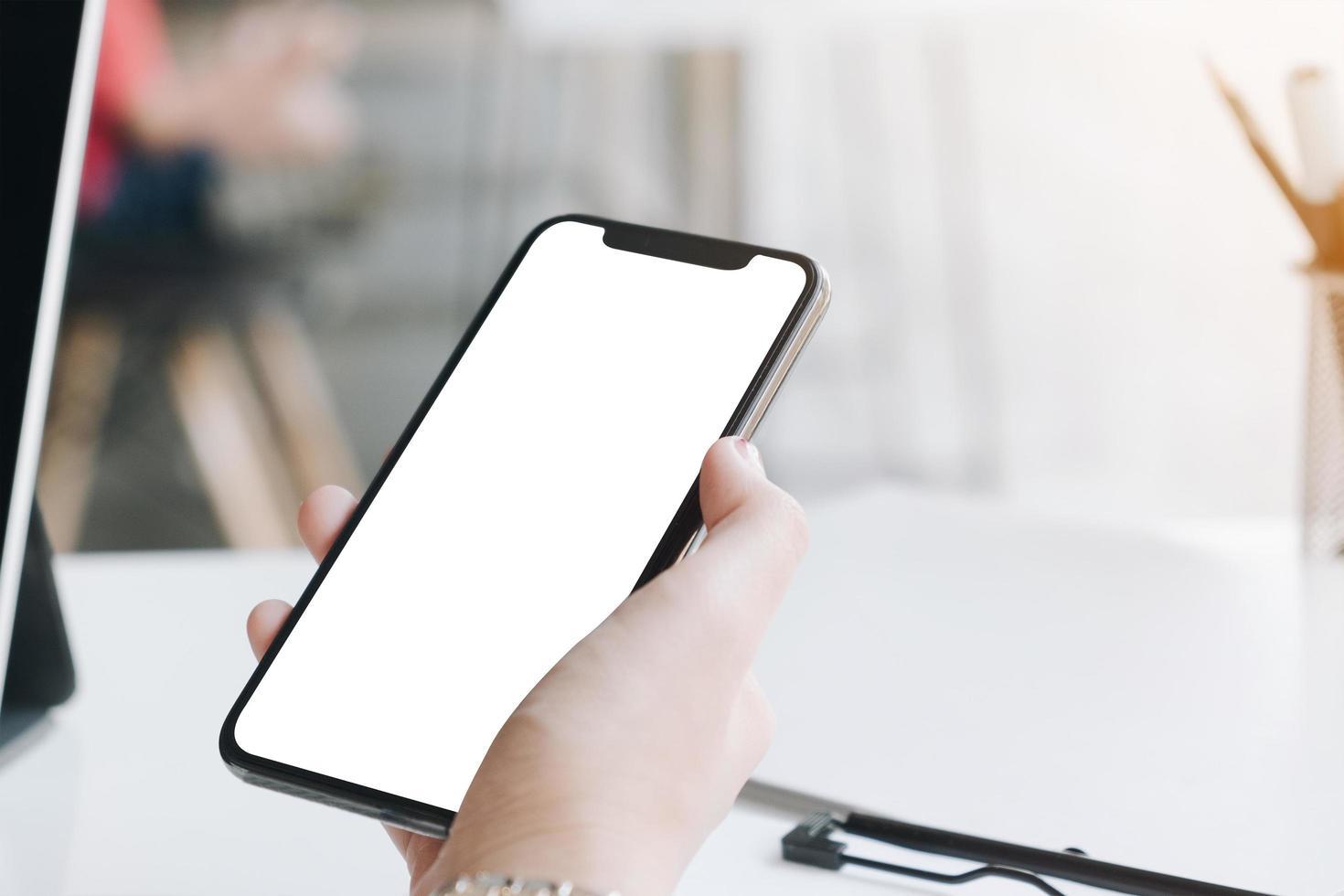 donna che utilizza smart phone in bianco foto