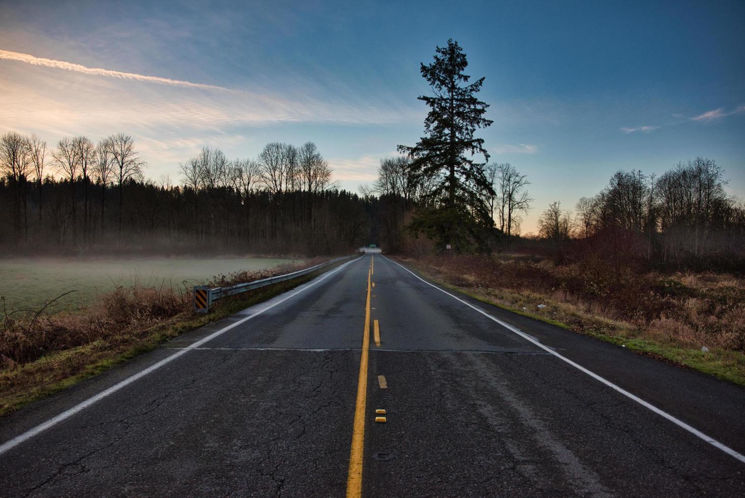 autostrada accanto alla montagna foto