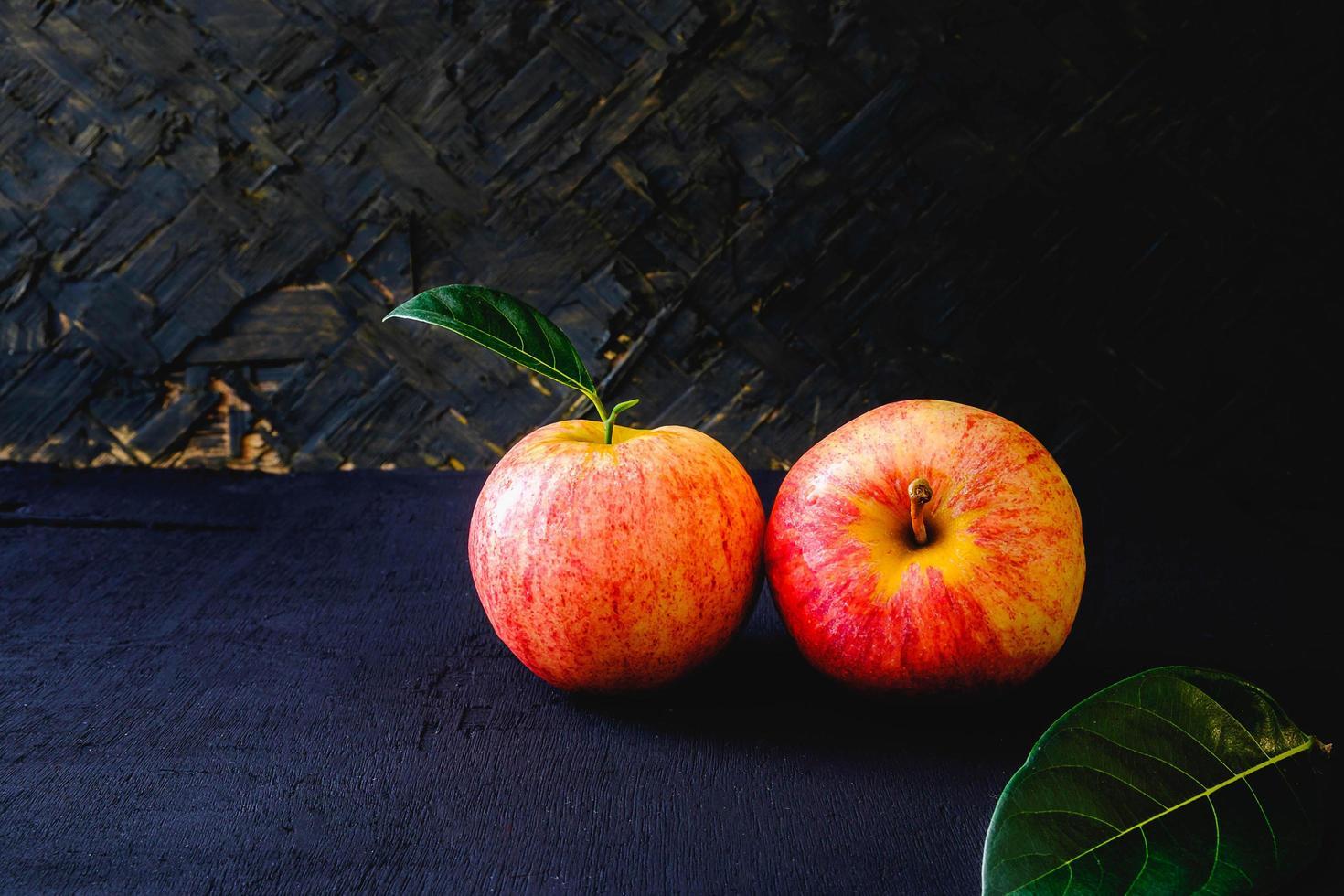 due mele rosse fresche foto
