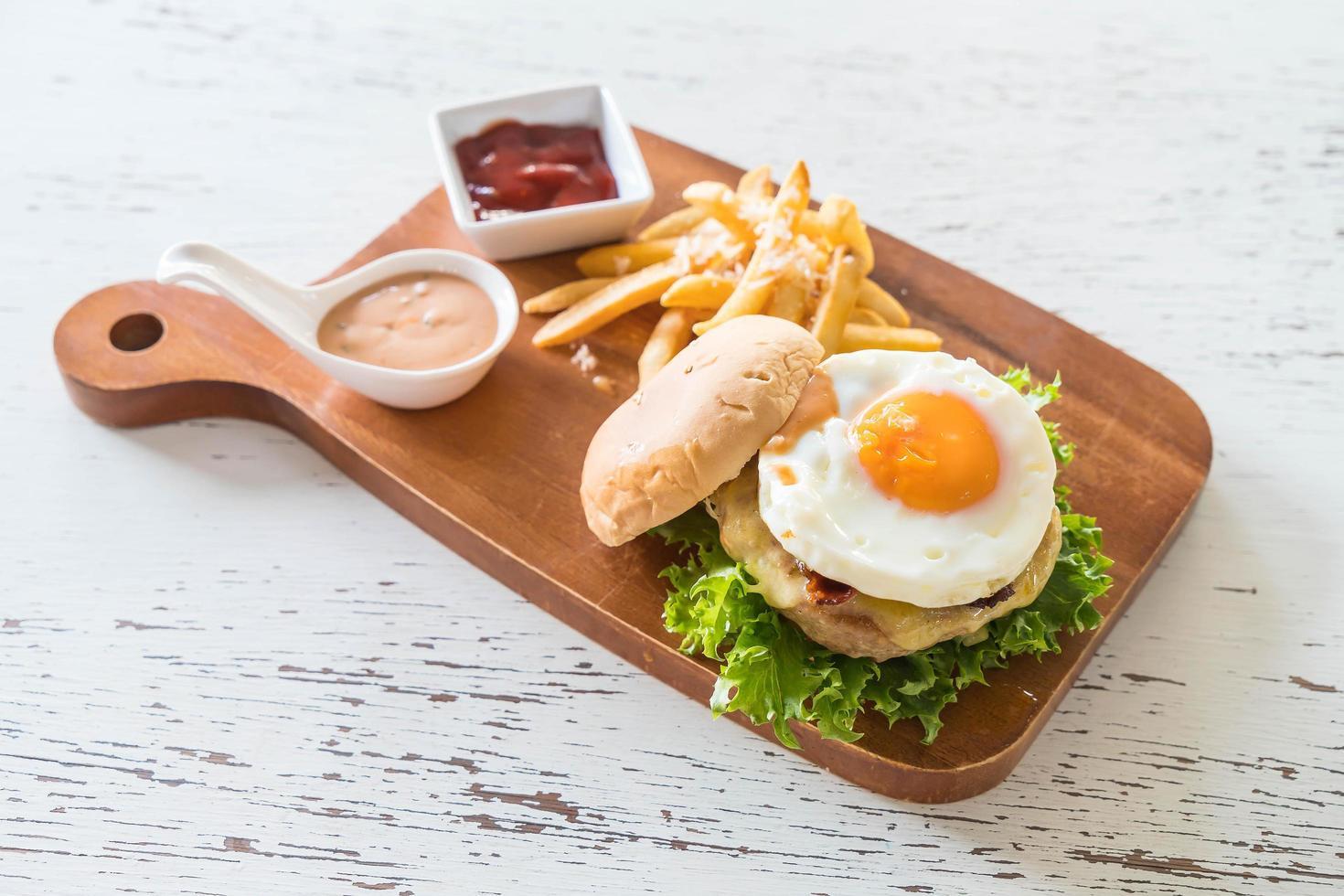 hamburger con un uovo sopra foto