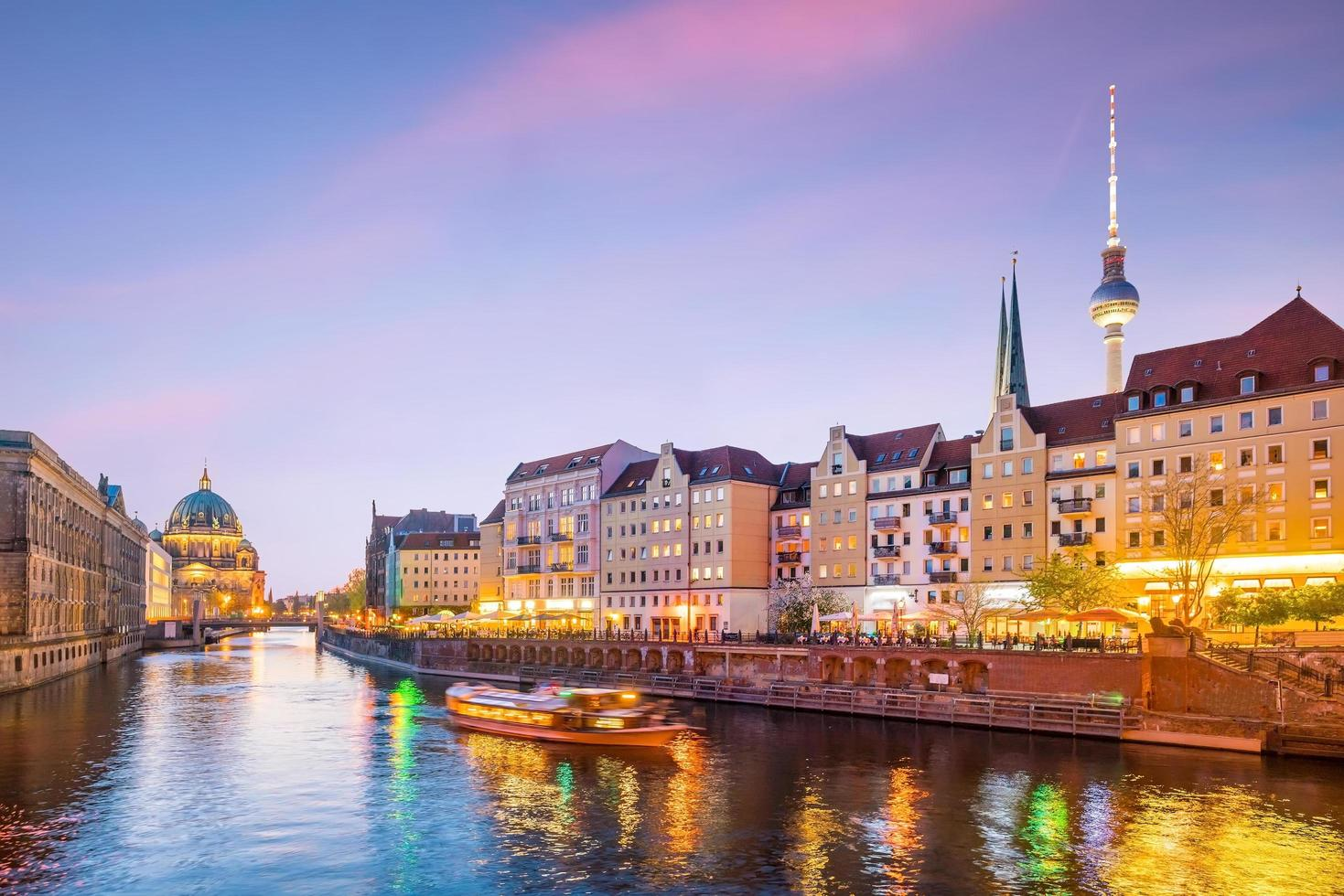 skyline di Berlino con il fiume Sprea al tramonto foto