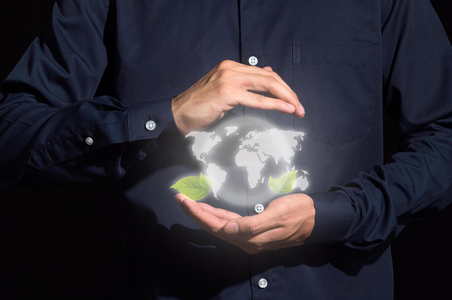 mani umane che tengono il modello digitale della terra foto