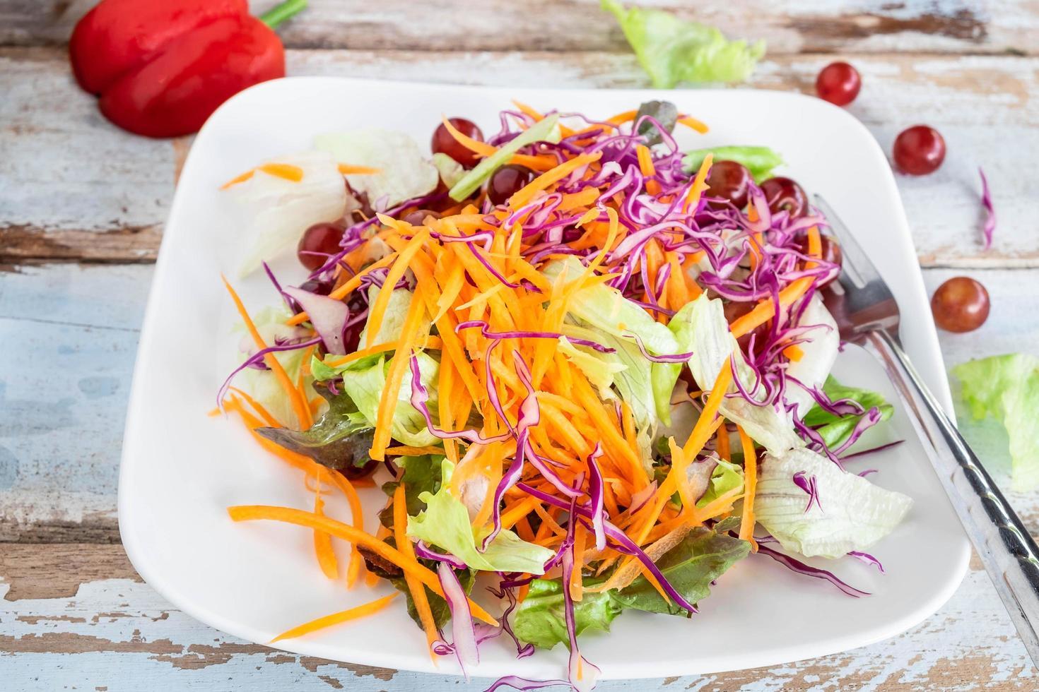 insalata di verdure sulla tavola di legno foto