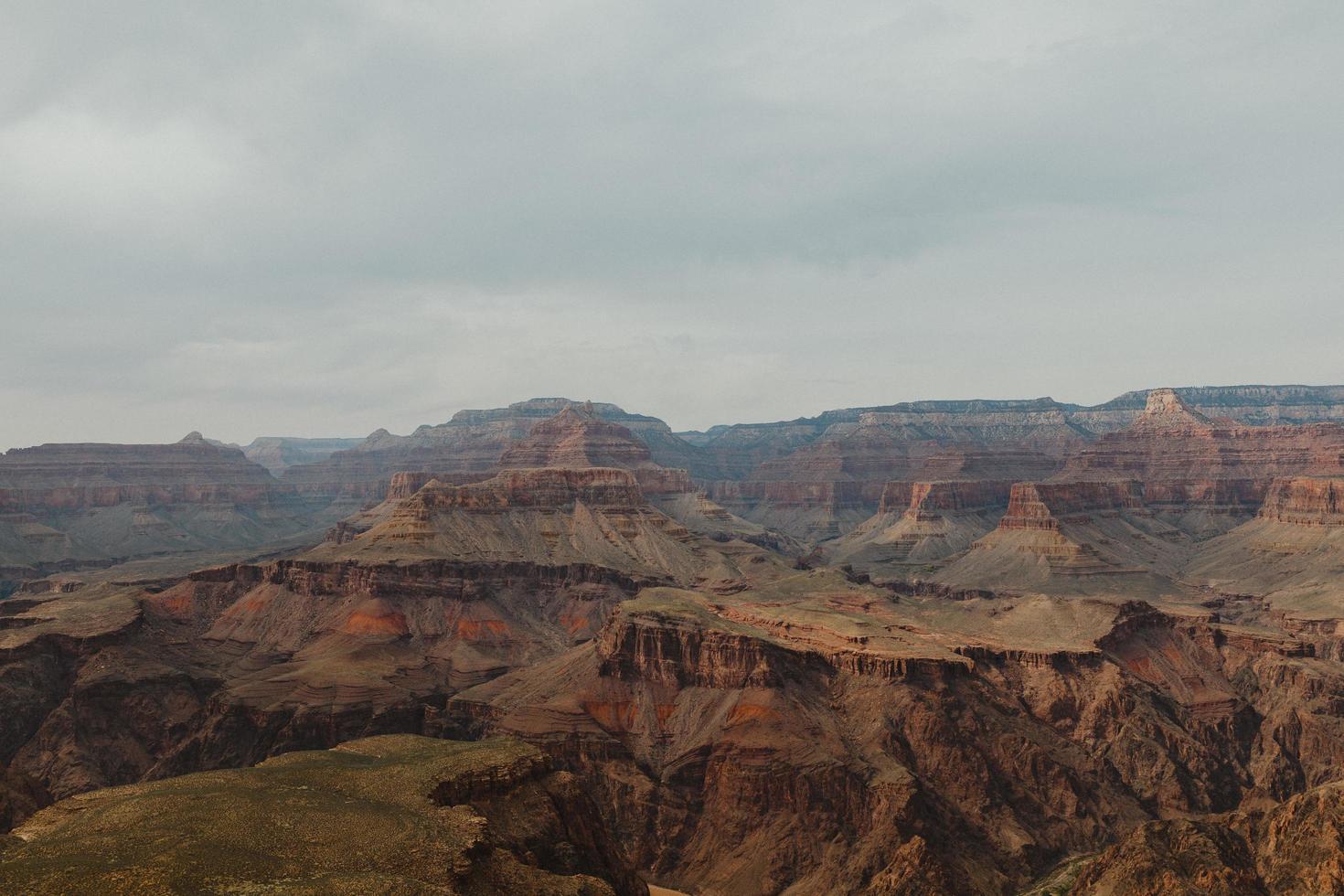 grand canyon con un cielo nuvoloso foto