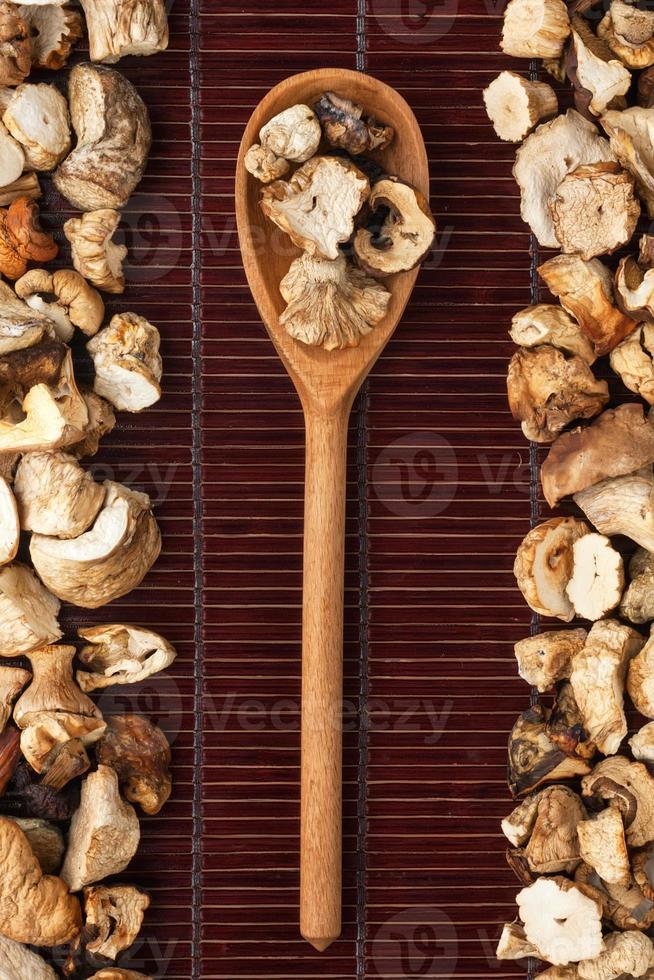 cucchiaio di legno con funghi foto