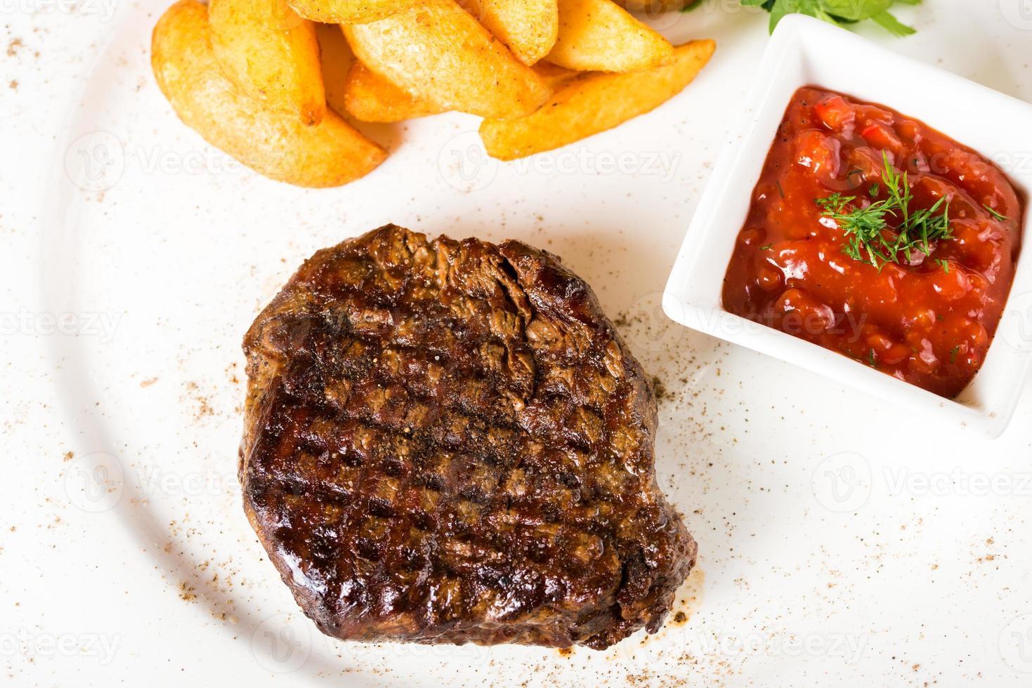 bistecca di carne con patate foto