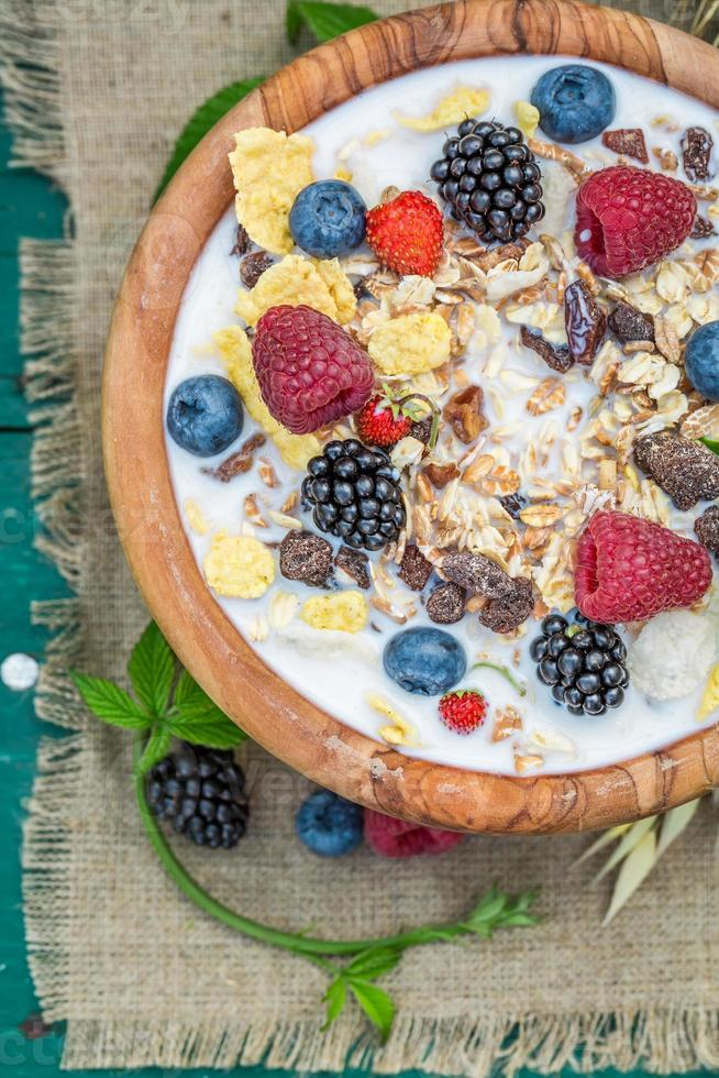 colazione fresca con latte e frutti di bosco in giardino foto