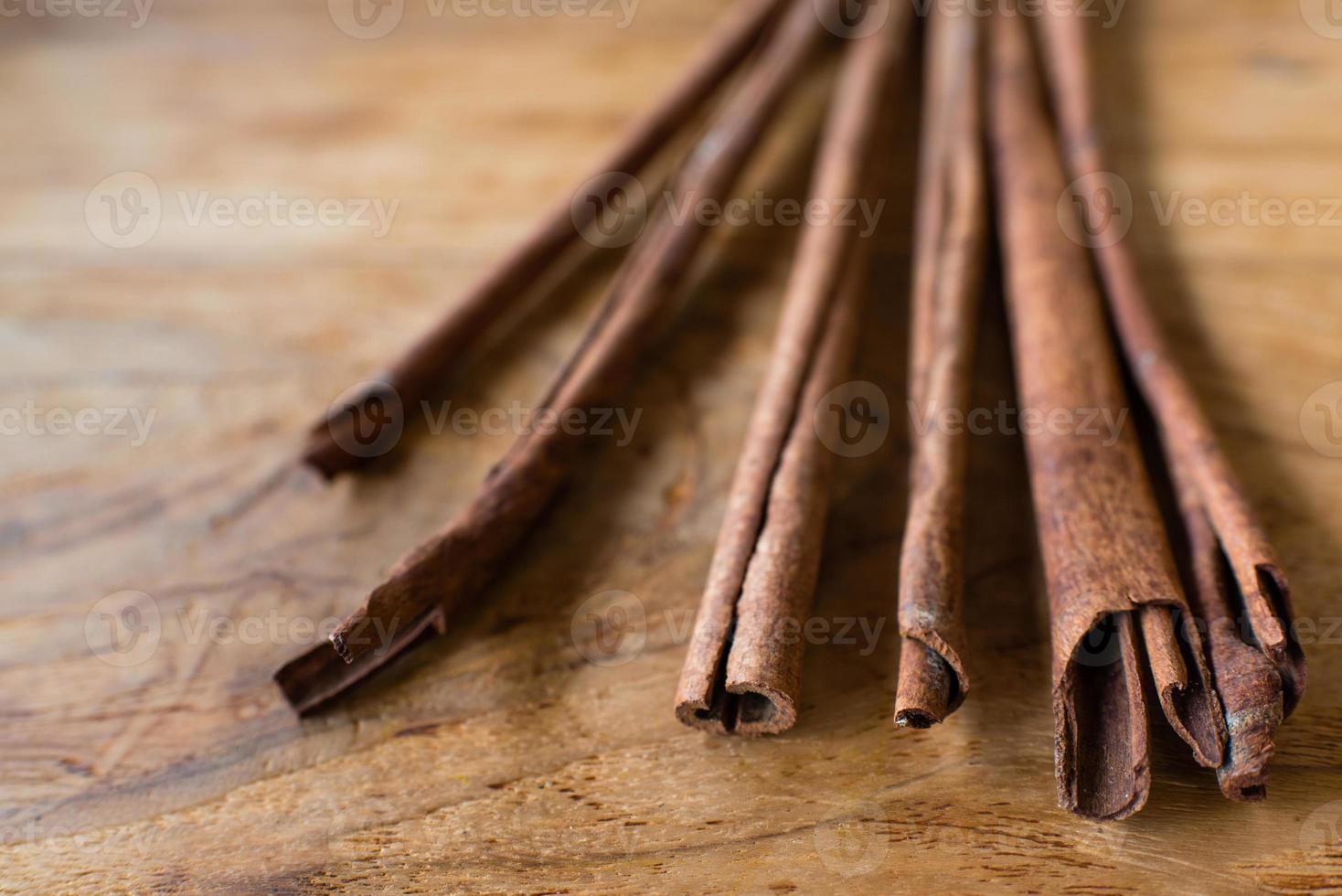 bastoncini di cannella su fondo in legno foto
