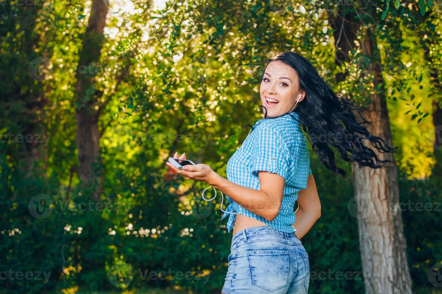 giovane hipster elegante bella ragazza ascoltando musica, telefono cellulare foto