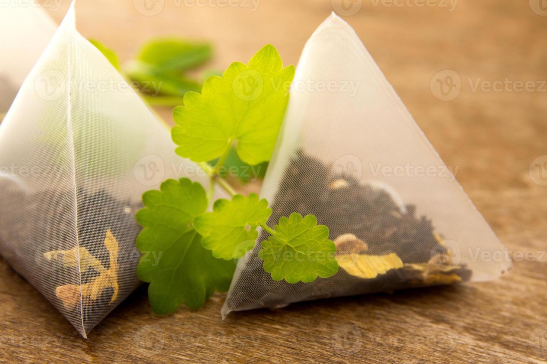 bustine di tè con melissa (menta) foto