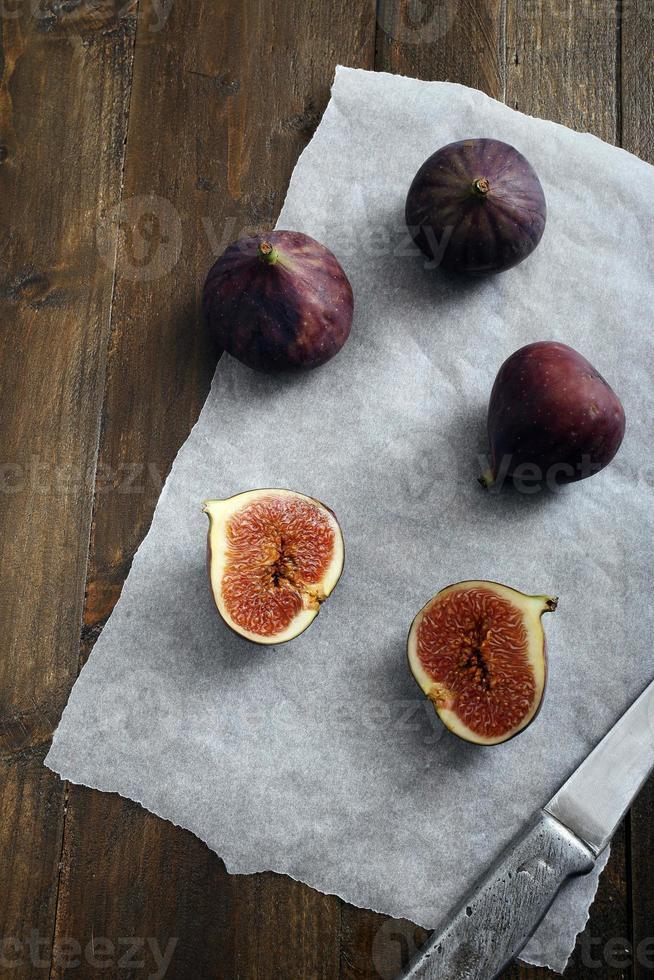 fichi freschi sul tavolo in legno rustico foto