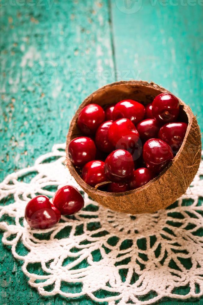 ciliegie fresche estive, fondo in legno, cibo sano. foto