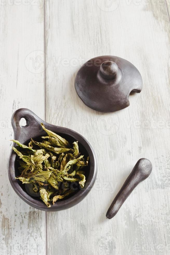 foglie secche di tè alla menta foto