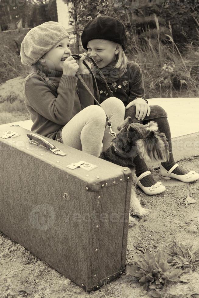 le ragazze si raccontano segreti, sedute alla fermata dell'autobus foto
