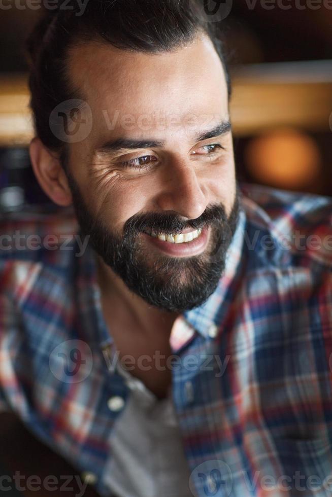 felice giovane uomo con barba e baffi foto
