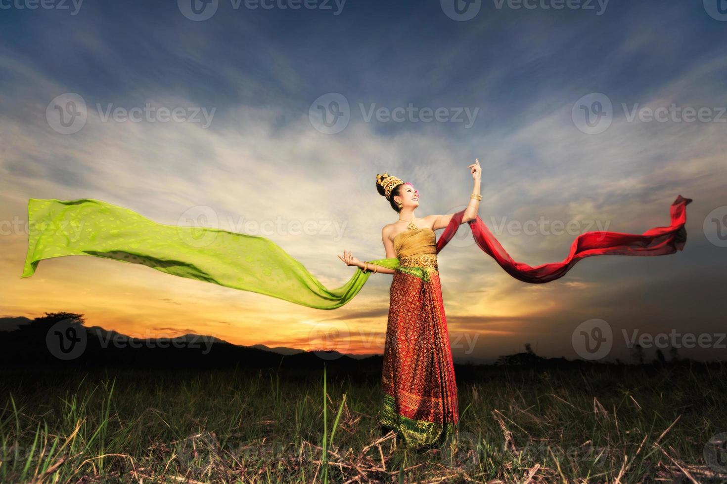 ragazza che balla tailandese con abito in stile nordico foto