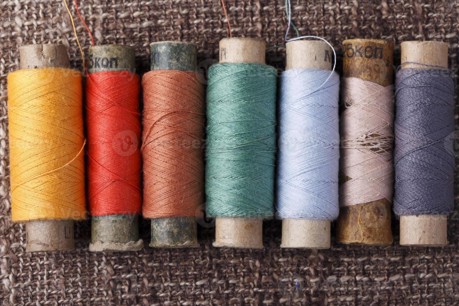 bobine vintage con fili colorati foto