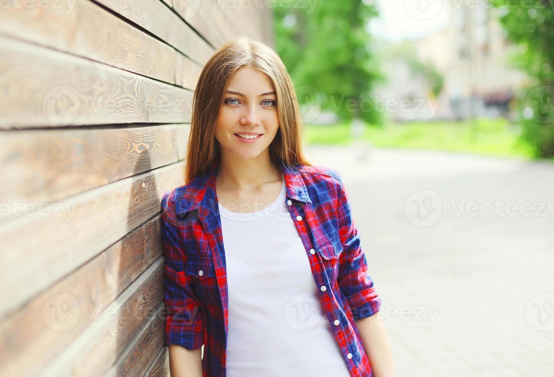 bella ragazza che indossa un abbigliamento casual in una giornata estiva foto