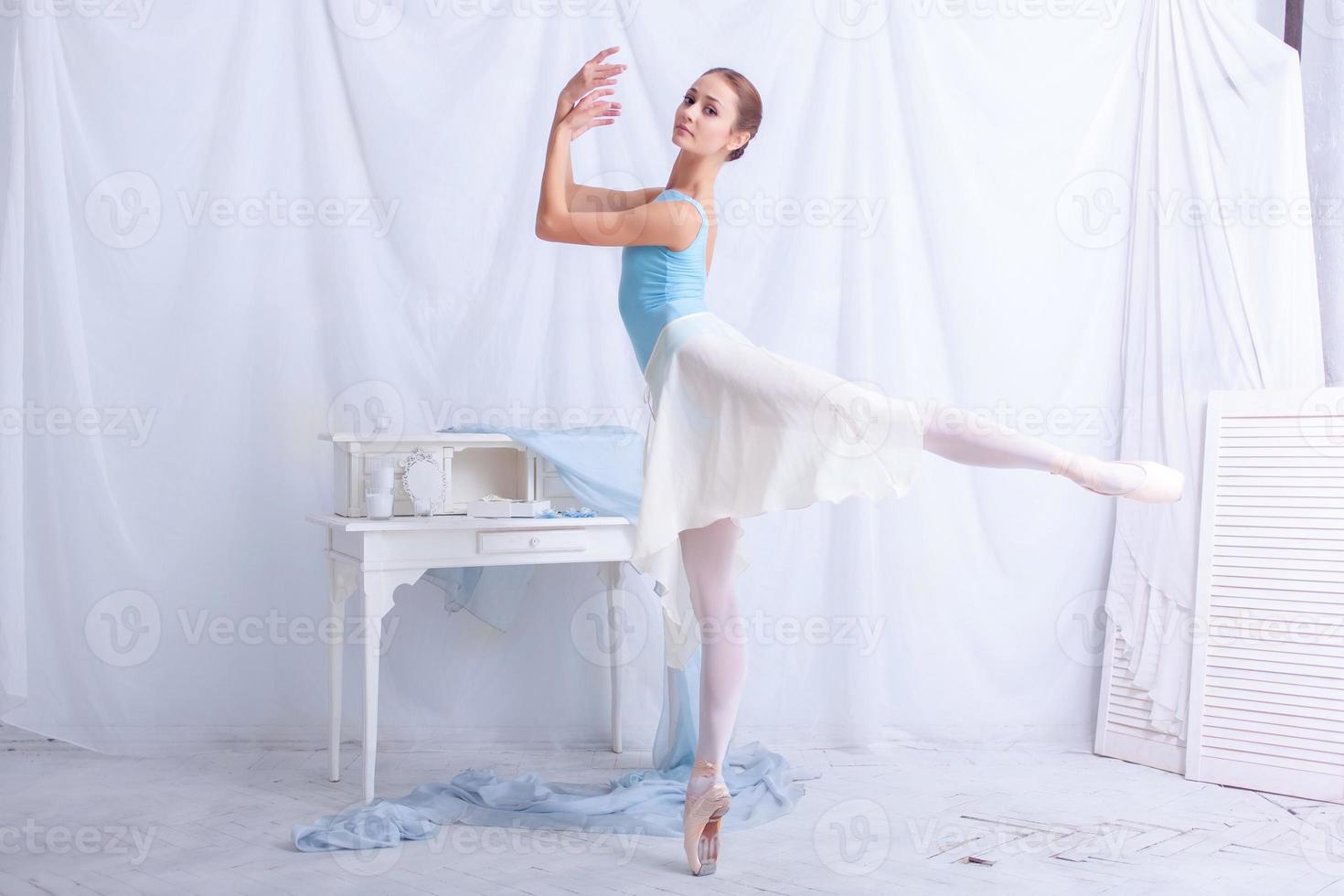 ballerino professionista in posa su bianco foto
