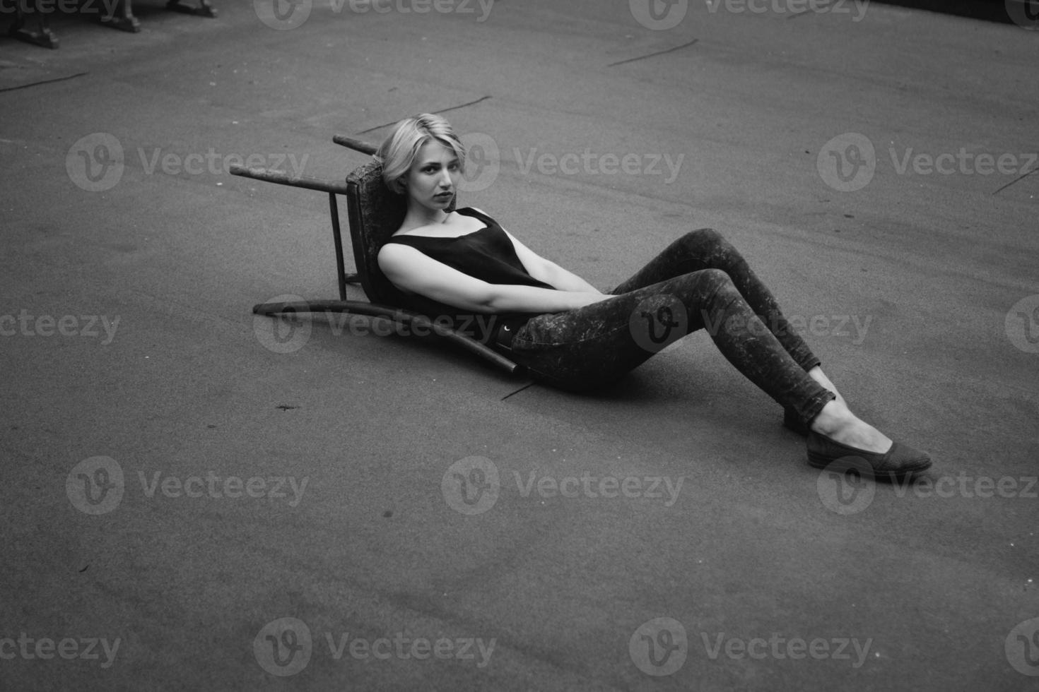 bella ragazza gioca con la sedia foto