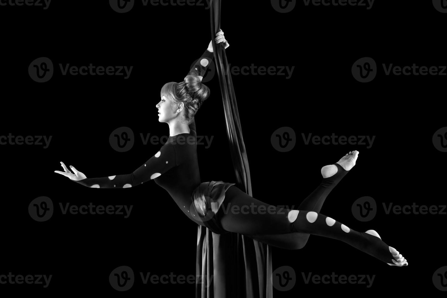 bella ballerina su seta aerea, contorsione aerea, nastri aerei foto