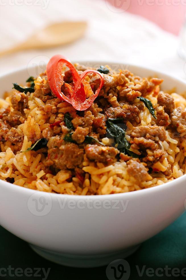 maiale al basilico saltato in padella con riso fritto foto
