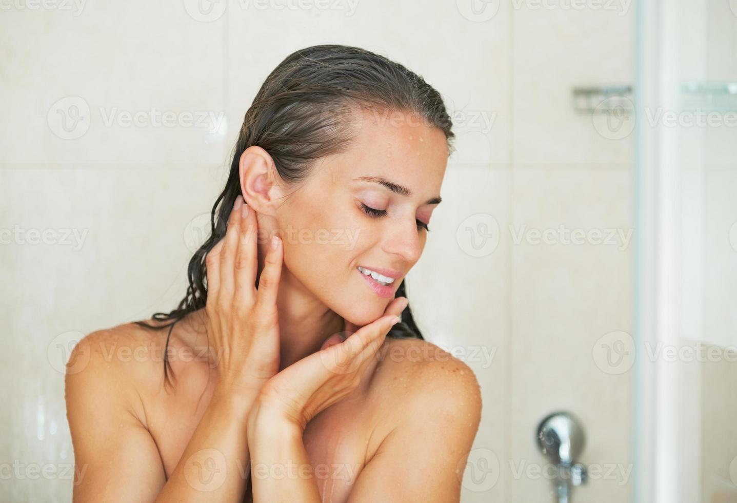 felice giovane donna in doccia foto