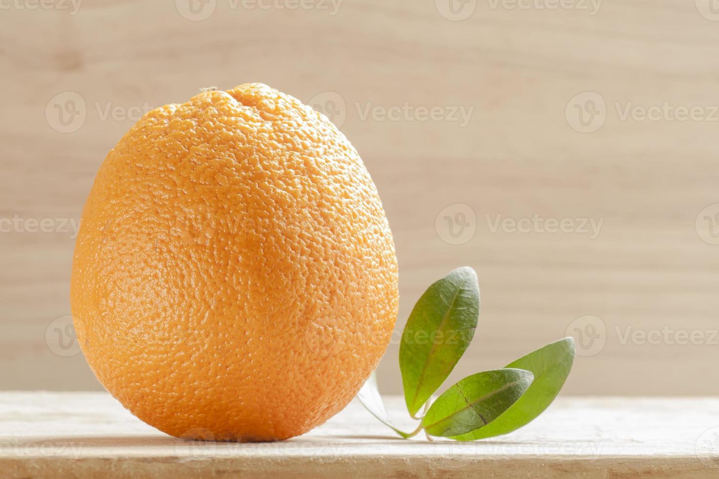 arancione su una tavola di legno foto