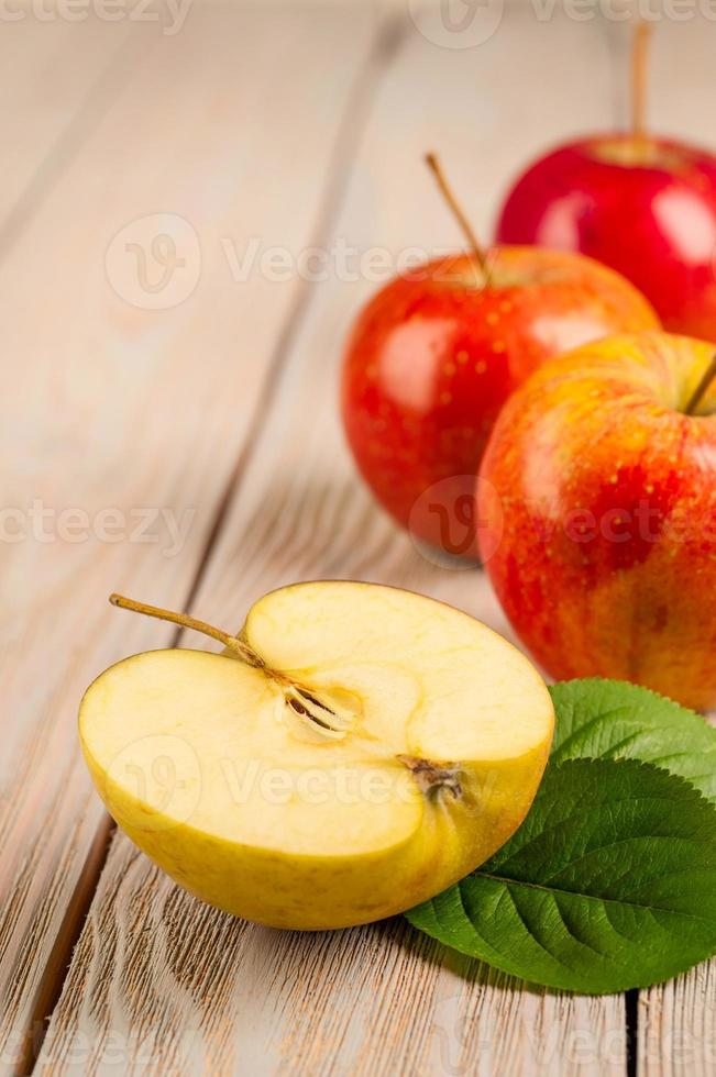 mela sul vecchio tavolo di legno grigio foto
