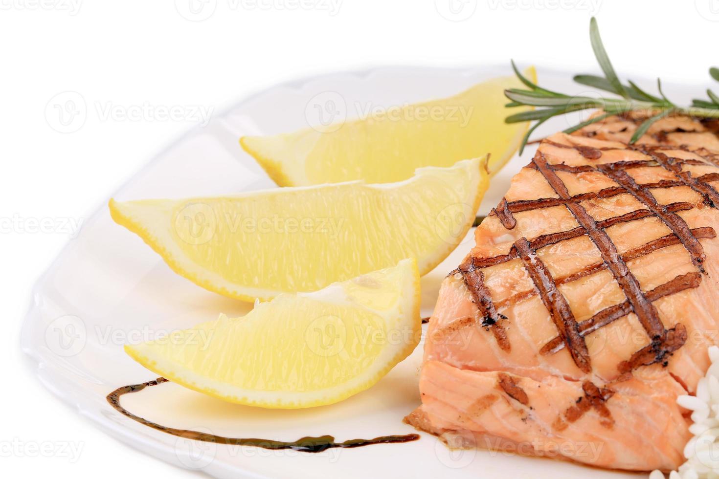 fette di limone e filetto di salmone. foto
