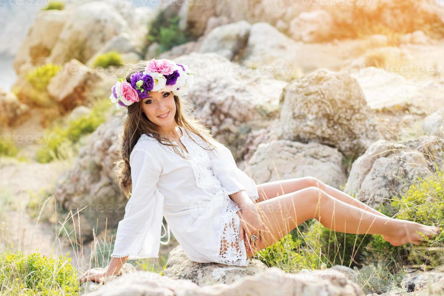bella giovane donna con ghirlanda di fiori foto