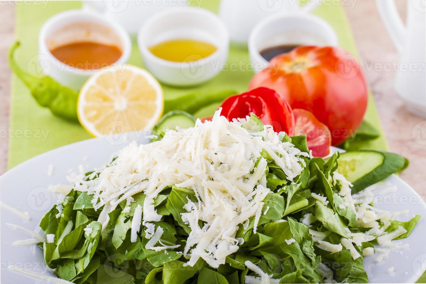 deliziosa insalata di verdure con formaggio feta e olive foto
