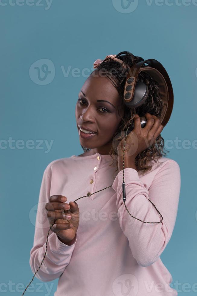 donna africana con le cuffie che ascolta musica foto