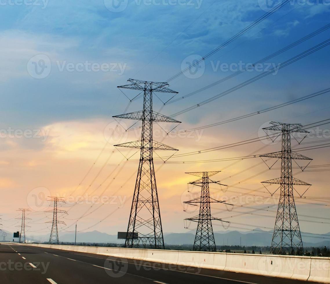 post ad alta tensione sullo sfondo del cielo torre ad alta tensione. foto
