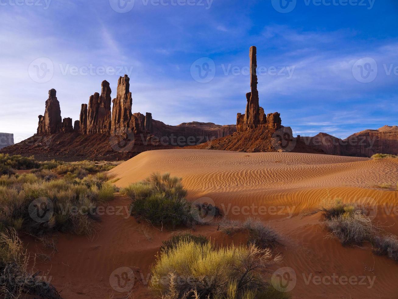 alba sul totem nella monument valley foto