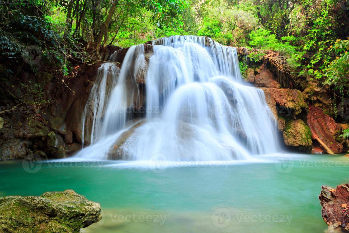 cascata nella foresta profonda, provincia di Kanchanaburi, Thailandia foto