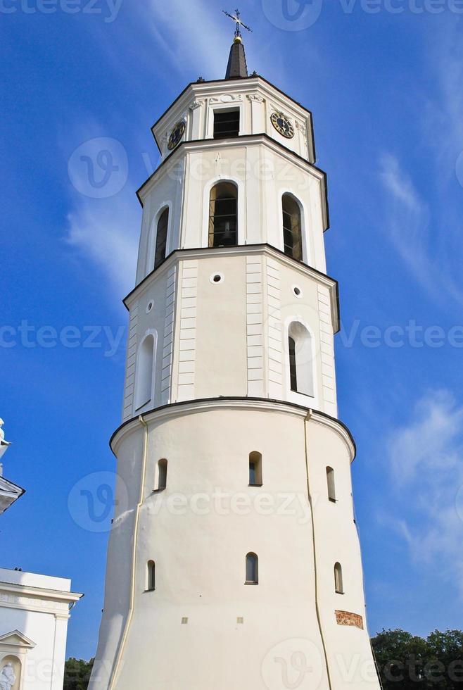 campanile vicino alla basilica della cattedrale di vilnius foto