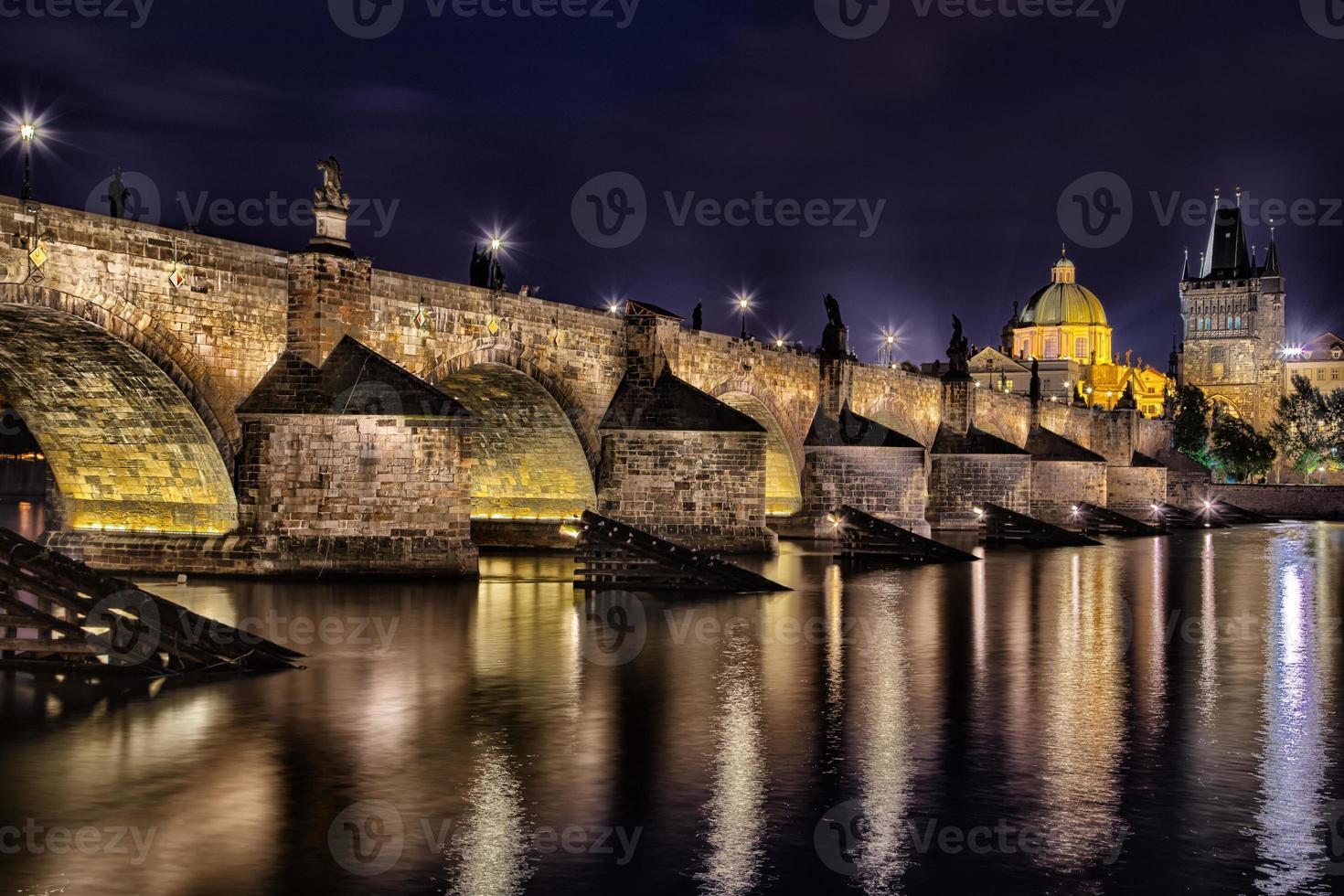vista notturna del ponte carlo e della Moldava foto