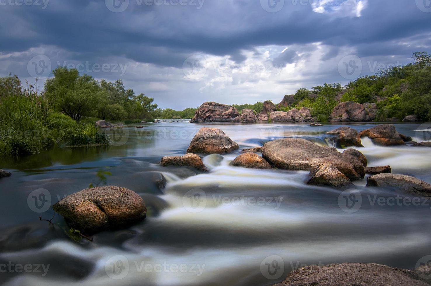 serata piovosa sul fiume foto
